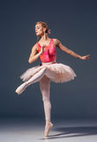 Portrait de la ballerine dans la pose de ballet Photo stock