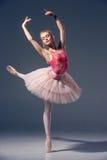 Portrait de la ballerine dans la pose de ballet Image stock
