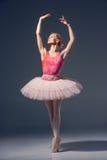 Portrait de la ballerine dans la pose de ballet Photographie stock