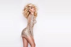 Portrait de la belle blonde avec les yeux étonnants, longs cheveux denses avec des points culminants, yeux verts Photo libre de droits