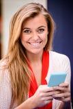 Portrait de la belle femme à l'aide du téléphone portable Images libres de droits