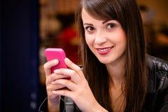 Portrait de la belle femme à l'aide du téléphone portable Photographie stock libre de droits