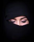 Portrait de la belle femme arabe utilisant l'écharpe noire Image libre de droits