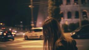 Portrait de la belle femme attirante marchant au centre de la ville près du Colosseum à Rome, Italie tard la nuit clips vidéos