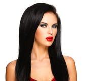 Portrait de la belle femme avec les poils noirs et les lèvres rouges Photographie stock libre de droits