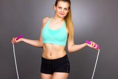 Portrait de la belle femme blonde faisant des exercices avec la corde photos libres de droits