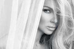 Portrait de la belle femme blonde sensuelle avec le visage naturel et lisse parfait dans un maquillage sensible photographie stock
