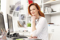 Portrait de la belle femme d'affaires moderne a Image stock