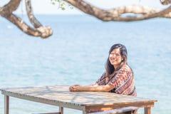 Portrait de la belle femme de l'Asie portant la longue robe sur la plage Images stock