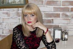 Portrait de la belle femme en café images stock