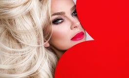 Portrait de la belle femme renversante avec des cheveux étonnants et un visage parfait avec les lèvres rouges images libres de droits