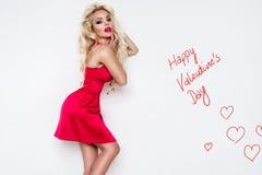 Portrait de la belle femme renversante avec des cheveux étonnants et un visage parfait avec les lèvres rouges Image stock