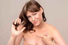 Portrait de la belle femme sexy touchant ses cheveux Photographie stock libre de droits