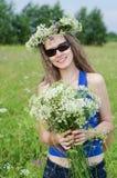 Portrait de la belle femme sur une clairière de forêt Photographie stock libre de droits