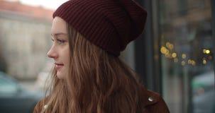 Portrait de la belle femme de youn se tenant dans une rue de ville photos libres de droits