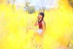 Portrait de la belle fille avec les fleurs jaunes, été ensoleillé Photographie stock