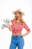 Portrait de la belle fille de pays tenant l'argent au-dessus du fond blanc Photos stock