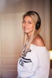 Portrait de la belle fille heureuse avec des écouteurs écoutant la musique pop Images libres de droits