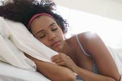 Portrait de la belle fille noire heureuse réveillant le mouvement lent Photos stock