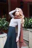 Portrait de la belle jeune femme à la mode posant sur la rue Mode femelle Taille  Photographie stock