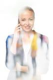 Portrait de la belle jeune femme caucasienne à l'aide du téléphone portable Photos libres de droits