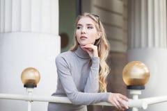 Portrait de la belle jeune femme de pensée regardant de côté Taille  Style de vie de ville Photos stock