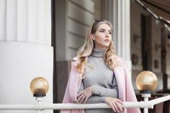 Portrait de la belle jeune femme de pensée regardant de côté Taille  Style de vie de ville Image libre de droits