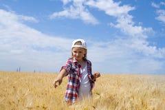 Portrait de la belle jeune femme heureuse Dans le domaine du blé Images stock