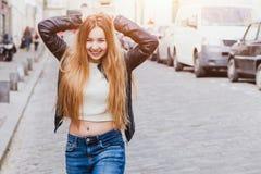 Portrait de la belle jeune femme heureuse regardant l'appareil-photo images libres de droits