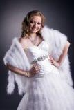 Portrait de jeune mariée de sourire posant dans le studio Photos stock
