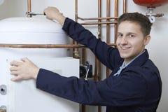 Portrait de la chaudière masculine de chauffage de Working On Central de plombier Images libres de droits
