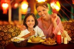 Portrait de la consommation heureuse de mère et de fille photos libres de droits