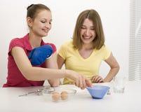 Portrait de la cuisson de deux amies de femme Photos libres de droits