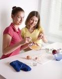 Portrait de la cuisson de deux amies de femme Photo stock