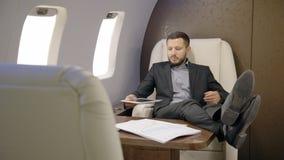 Portrait de la détente analytique financière masculine dans le jet d'entrepreneur privé banque de vidéos
