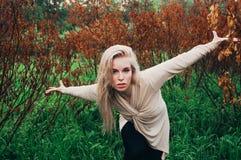 Portrait de la danse de jeune fille entre les arbres morts Photo libre de droits