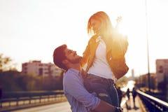 Portrait de la datation affectueuse de couples au coucher du soleil dans la ville Images libres de droits