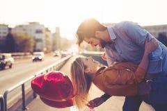 Portrait de la datation affectueuse de couples au coucher du soleil dans la ville Photos stock
