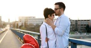 Portrait de la datation affectueuse de couples au coucher du soleil dans la ville Photographie stock