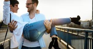 Portrait de la datation affectueuse de couples au coucher du soleil dans la ville Photo libre de droits