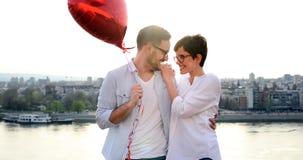 Portrait de la datation affectueuse de couples au coucher du soleil dans la ville Photos libres de droits