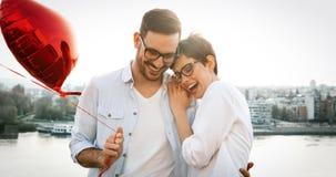 Portrait de la datation affectueuse de couples au coucher du soleil dans la ville Image stock