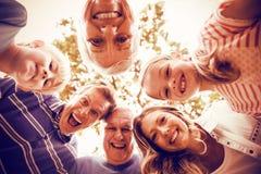 Portrait de la famille sur plusieurs générations heureuse formant un petit groupe en parc photographie stock