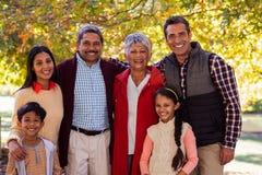 Portrait de la famille sur plusieurs générations se tenant au parc Images libres de droits