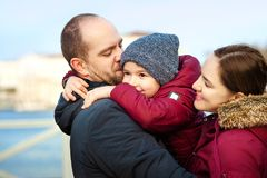Portrait de la famille de trois ayant l'amusement ensemble par le rivage d'océan et appréciant la vue outdoors Photos libres de droits