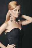 Portrait de la femme élégante avec de beaux cheveux et bijoux de luxe Images stock