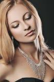 Portrait de la femme élégante avec de beaux cheveux et bijoux de luxe Photo stock