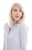 Portrait de la femme étonnée blonde d'affaires d'isolement. Photo stock