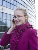 Portrait de la femme assez jeune d'affaires parlant au téléphone Photo stock
