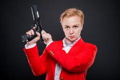 Portrait de la femme attirante d'affaires chargeant une arme à feu Images stock